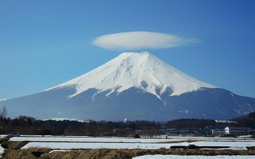 富士山と笠雲 富士吉田市 山梨.jpg